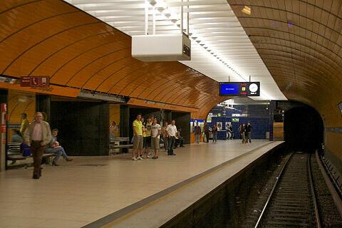 Fahrt in der Party-U-Bahn: Durchfahrt am Marienplatz