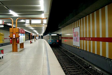 Ausfahrender A-Wagen am Rotkreuzplatz