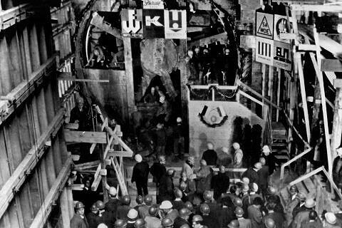 7. November 1966: nach 540m Fahrt unter dem Siegestor hindurch stößt der Schildvortrieb beim U-Bahnhof Universität erstmals dur