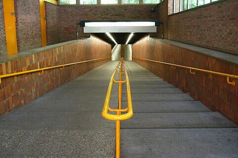 Rampe zum Bahnhof Therese-Giehse-Allee