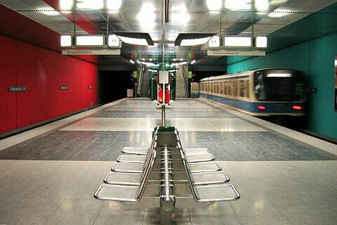 Ausfahrender B-Wagen am Wettersteinplatz