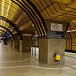 Gleis 1 im U-Bahnhof Theresienwiese vom östlichen Bahnsteigzugang aus gesehen