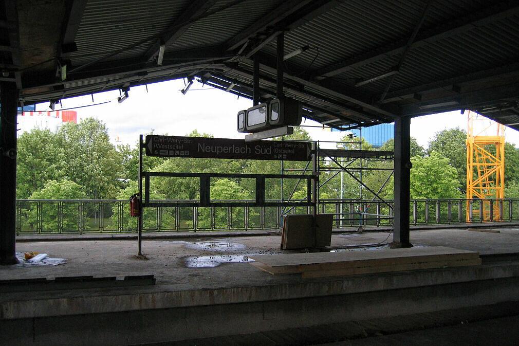 Baustelle Neuperlach Süd - Teilweise abgebaute Bahnsteigmöblierung