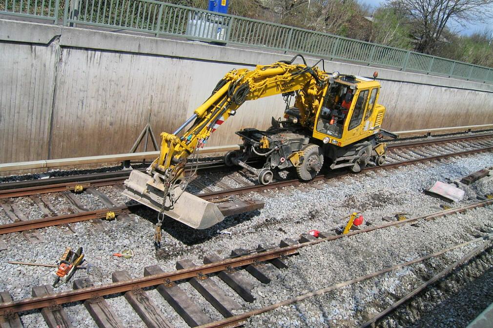 Zweiwegebagger an der Gleisbaustelle Rampe Studentenstadt