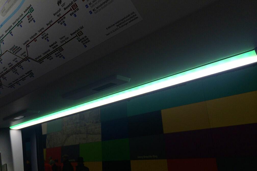 LED-Lichtleiste im C2-Zug über einer freigegebenen Tür