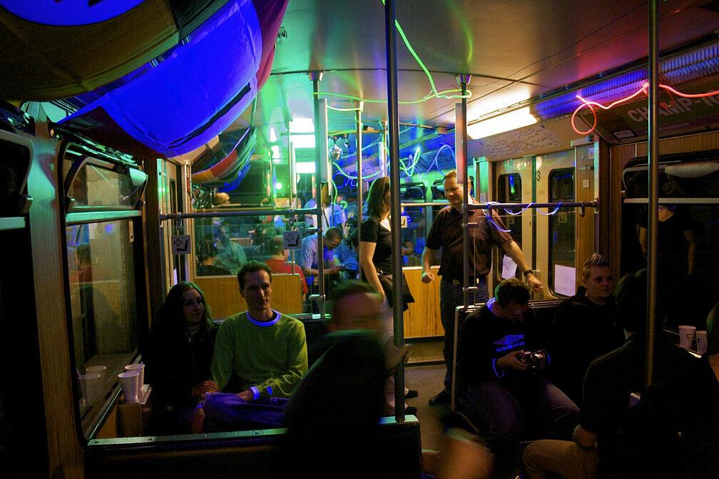 Fahrt in der Party-U-Bahn: Blick in den Clubwagen