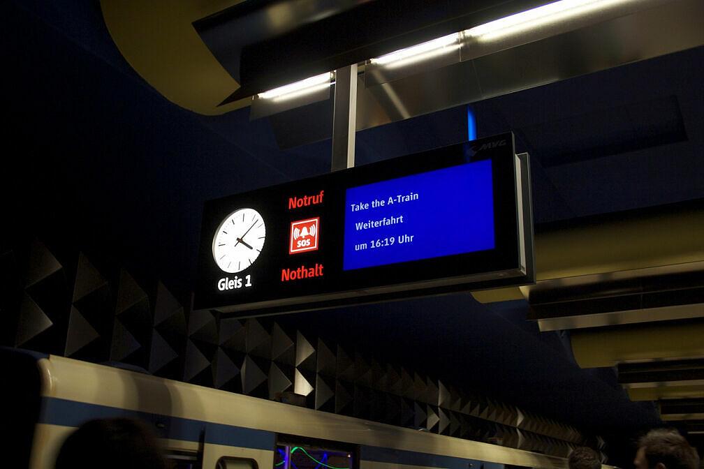 Fahrt in der Party-U-Bahn: auch die Zugzielanzeiger wissen Bescheid