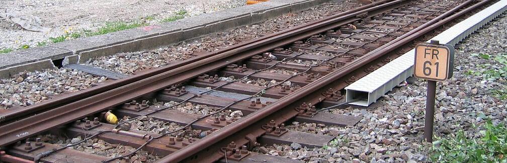 Baustelle Tatzelwurm - Auf den Schwellen montierter neuer Kabelkanal