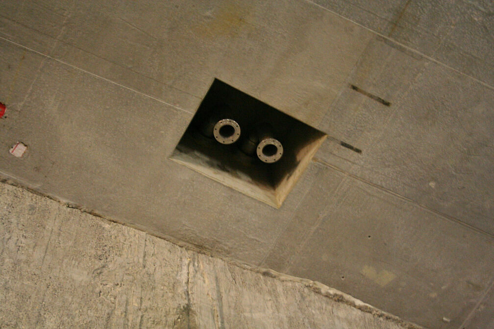 Anschlussleitungen für ein Notstromaggregat in der Tunneldecke