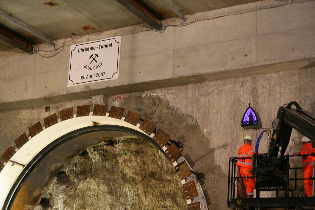 Anbringung der Barbara-Figur im Christine-Tunnel Moosach