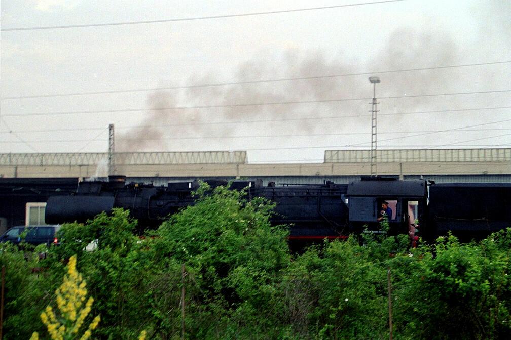 Überführung dreier U-Bahn-Wagen 2003 - Tags zuvor bereitgestellte Dampflok