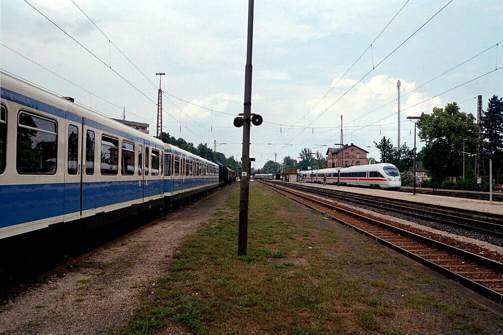 Überführung dreier U-Bahn-Wagen 2003 - Auch ein ICE gibt sich die Ehre