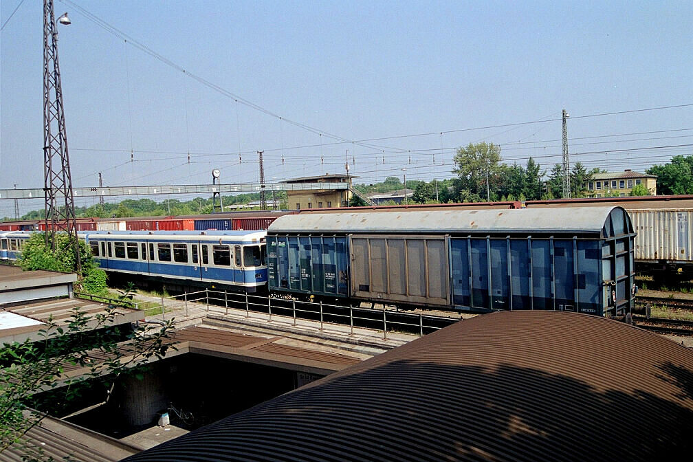Überführung dreier U-Bahn-Wagen 2003 - Warten in Laim Rangierbahnhof