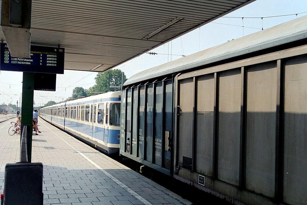 Überführung dreier U-Bahn-Wagen 2003 - Kurzer Aufenthalt in Dachau Bahnhof