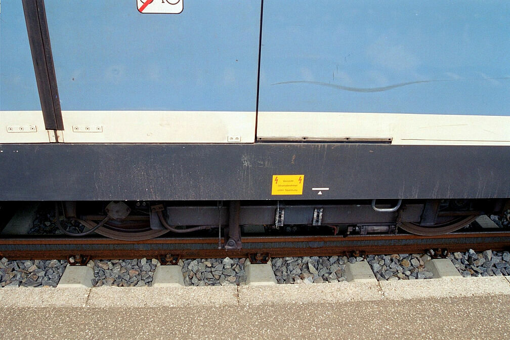 Überführung dreier U-Bahn-Wagen 2003 - Stromabnehmer für die Überführung demontier